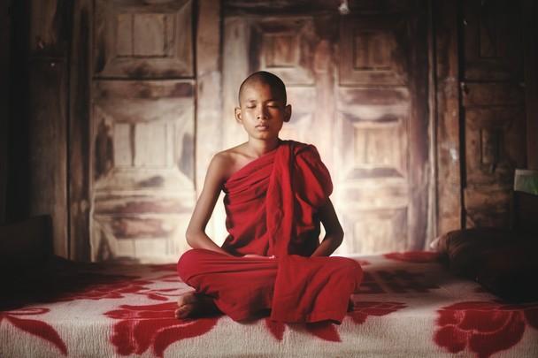 Jeune moine en retraite de méditation